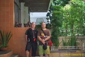 Jaromír Musil a Bronislav Puzrla před zahradou Chojuna Miyagiho kde vznikalo dnešní Goju Ryu Karate